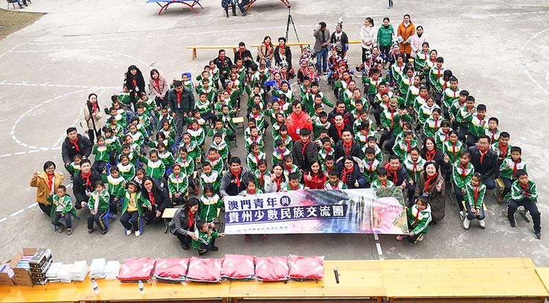 參訪團向從江縣頂洞小學學生捐贈生活學習等必要物資