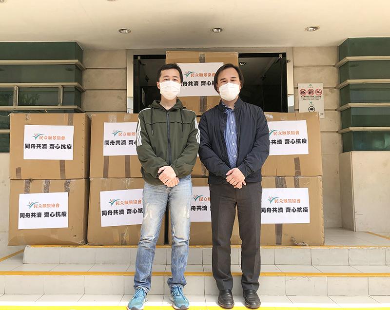 許龍通與衛生局物資供應暨管理處長楊文裕合影